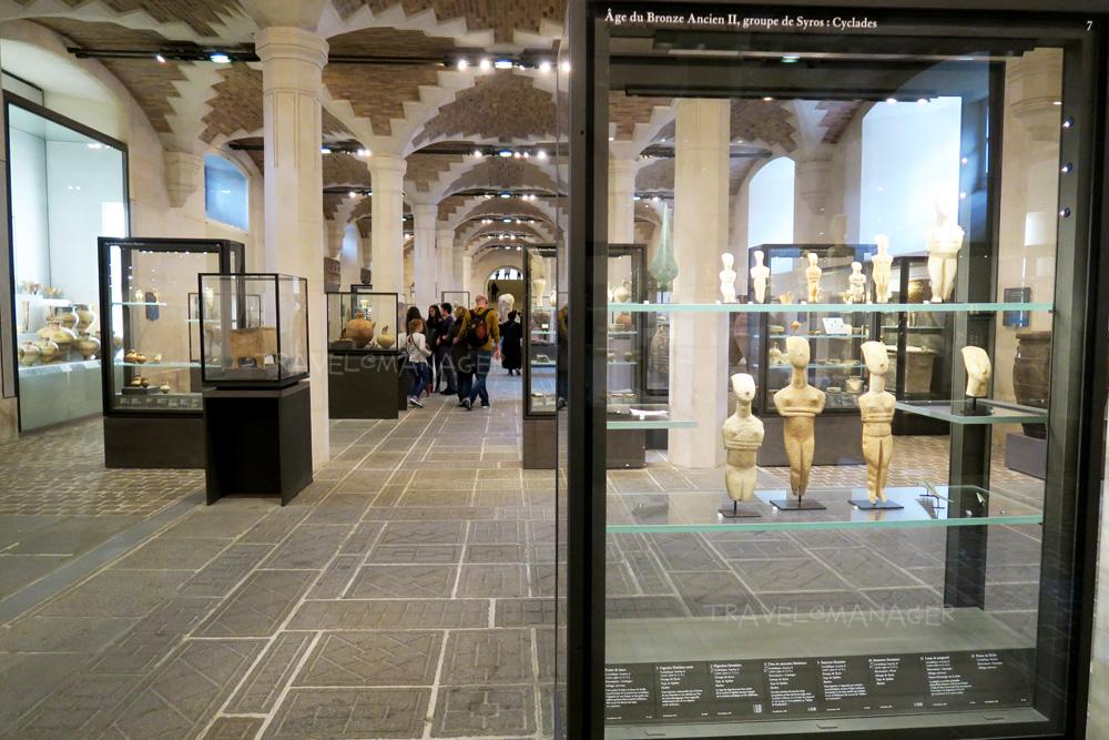 พิพิธภัณฑ์ลูฟวร์ ในยามปกติที่มีนักท่องเที่ยวมากมาย