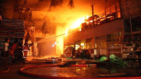เพลิงไหม้โรงงานอาหารสัตว์วอดเกือบทั้งหลัง