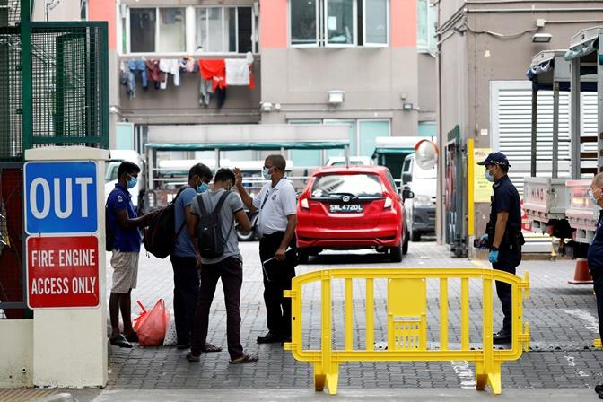 """In Clip: สิงคโปร์เตรียมย้ายแรงงานต่างชาติเข้า """"ค่ายทหาร-โรงแรมลอย""""น้ำ สั่งครูห้ามใช้แอปซูม"""