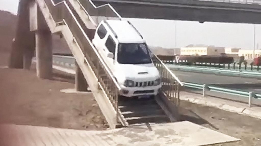 เอาจริงดิ!ชายชาวจีนขับรถขึ้นสะพานลอยคนข้าม ลักไก่กลับรถ(ชมคลิป)