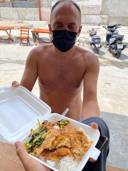 ซึ้งน้ำใจคนไทย! หนุ่มโพสต์ช่วยเหลือนักท่องเที่ยวต่างชาติตกค้างในป่าตอง ทำข้าวไข่เจียวให้กิน