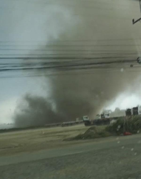 ระทึก! พายุหมุนซัดป้ายล้มทับรถเทรลเลอร์และกระบะเสียหาย คนขับหลบทันรอดตายหวุดหวิด