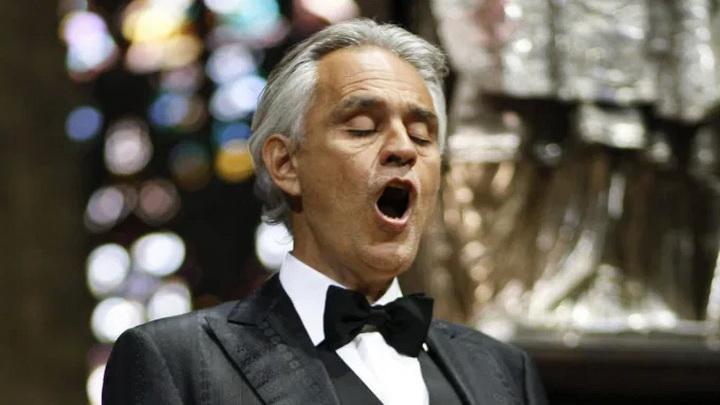 """คนดูนับล้านๆ! ศิลปินตาบอดขับกล่อม """"บทเพลงแห่งความหวัง"""" คนเดียวในมหาวิหารที่อิตาลี"""