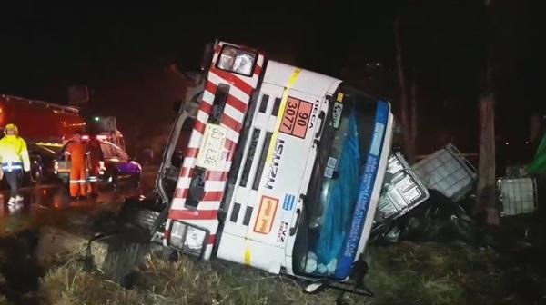 ฝนกระหน่ำเพชรบุรี ทำให้เกิดอุบัติเหตุ รถตกข้างทางหลายคัน