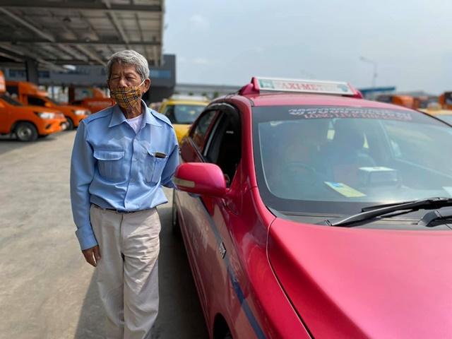 เล่าทั้งน้ำตา! ลุงขับแท็กซี่เผชิญวิกฤตโควิด-19 หาเงินไม่ได้ ต้องหันทดลองงานส่งพัสดุ