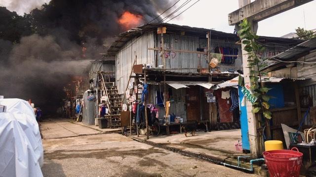 ไฟไหม้แคมป์คนงานย่านถนนพระราม 3 อาคารถล่มเสียหาย