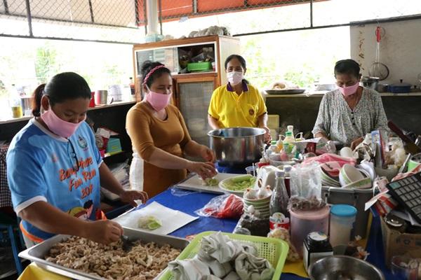 กำนัน ผู้ใหญ่ บ้านดอนใหญ่ แบ่งเงินเดือนทำข้าวห่อให้ผู้ได้รับผลกระทบจากโควิด 19