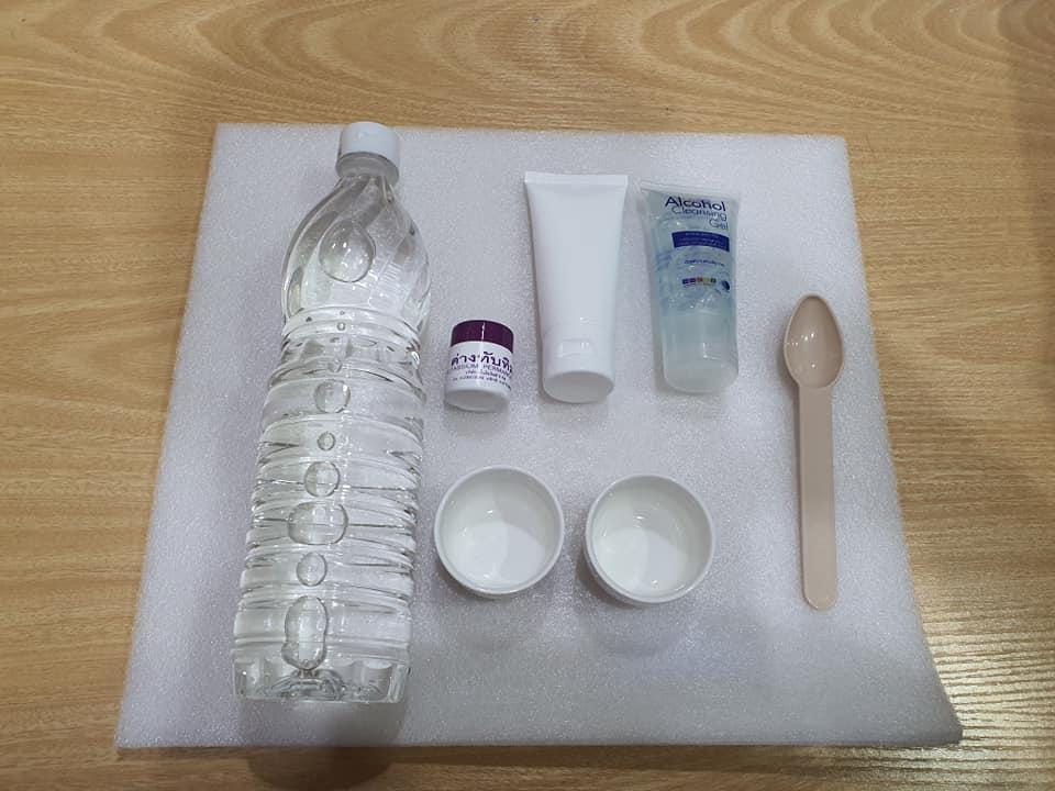 เตรียมวัสดุอุปกรณ์ น้ำส้มสายชู ด่างทับทิม เจลล้างมือหรือแอลกอฮอล์ที่ต้องการทดสอบ ภาชนะใส่สารละลาย ช้อนตวง 1 ช้อนชา