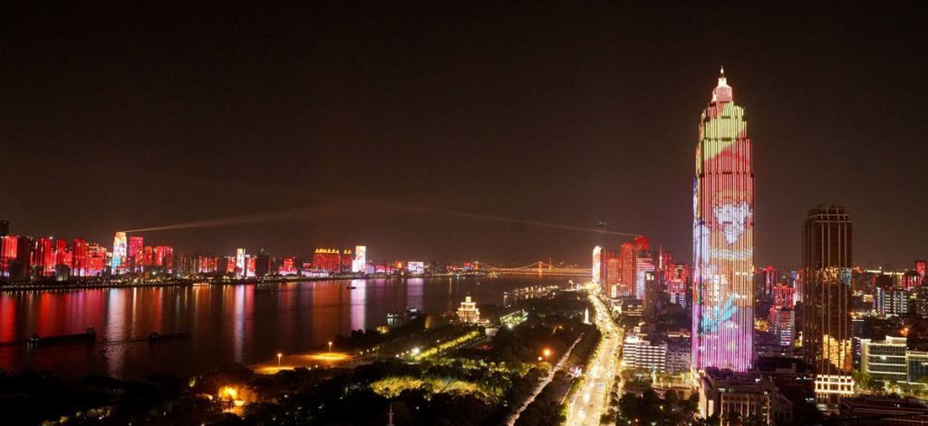 แสงสีความสวยงามของอู่ฮั่นยามราตรี (ภาพ : ซินหัว)