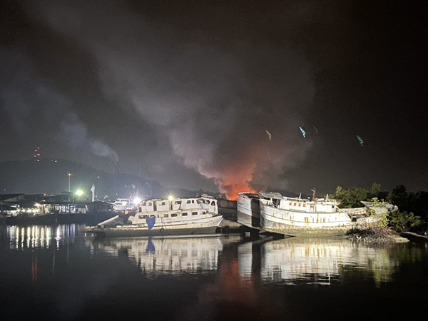 เผาวอด! เพลิงไหม้เรือประมงเบ็ดราวทูน่าของกลางทำผิด IUU ขณะจอดอยู่ริมป่าชายเลนคลองท่าจีน จ.ภูเก็ต