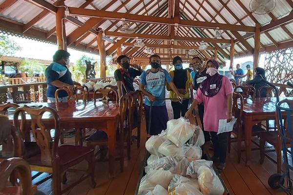 เจ้าของร้านอาหารบนเกาะปันหยี ใจดีแจกข้าวสาร –อินทผาลัม ให้ชาวบ้านทั้งตำบล