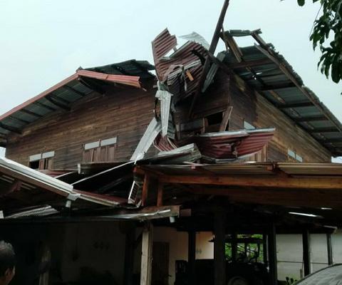 พายุร้อนซัดเมืองน้ำดำทำบ้านเรือนเสียหาย3อำเภอ ปภ.เร่งช่วยเหลือ