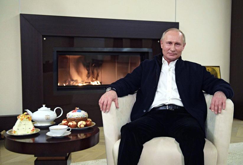 ประธานาธิบดี วลาดิมีร์ ปูติน แห่งรัสเซีย อัดคลิปวิดีโอส่งคำอำนวยพรไปยังประชาชนเนื่องในเทศกาลอีสเตอร์ของนิกายออร์โธดอกซ์ ณ บ้านพักชานกรุงมอสโก เมื่อวันที่ 19 เม.ย.