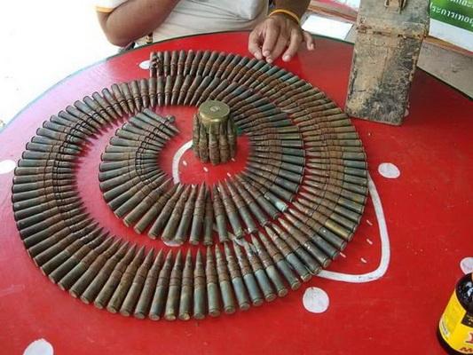 ยายแทบช็อค!ตกปลาบ่อดินหลังหมู่บ้านเจอกล่องเหล็กเก็บกระสูนปืนสงครามเป็นตับๆ