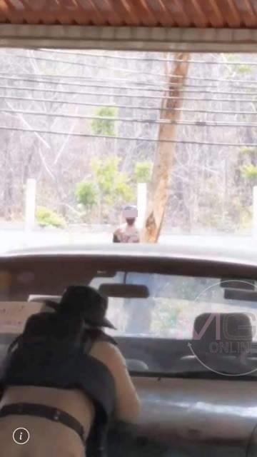 ระทึกทั้งอำเภอ!หนุ่มพกปืนขึ้น อ.แม่พริก ไม่ยอมให้ตรวจ-คว้าปืนขู่ ต้องตามญาติ-ตร.กล่อมกันวุ่น