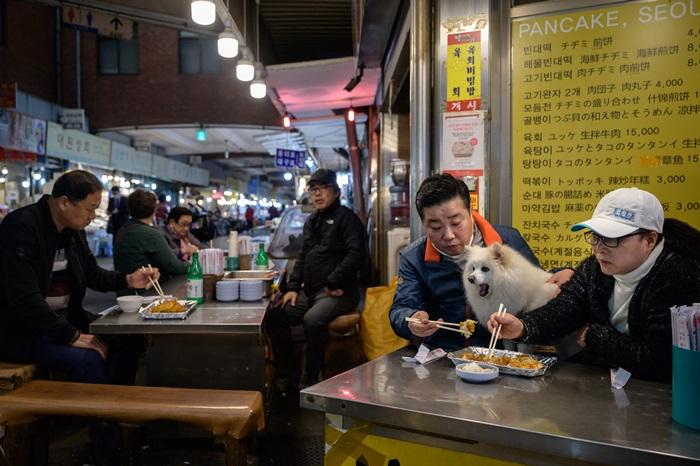 'เกาหลีใต้'ค่อยๆผ่อน'กฎเว้นระยะห่าง'  ผู้คนเริ่มกลับไปทำงาน ร้านรวงเปิดทำการ  แต่ทางการยังเตือนอย่าการ์ดตก 'ไวรัส'พร้อมอาละวาดอีก
