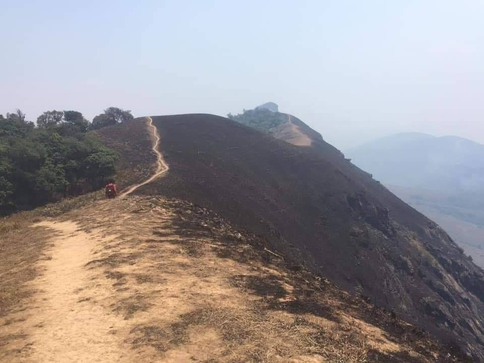 ความเสียหายของดอยม่อนจองที่มอดไหม้ ถูกไฟป่าเผาทำลายกลายเป็นดอยสีดำ (ภาพ : เพจอําเภอจอมทอง จังหวัดเชียงใหม่)