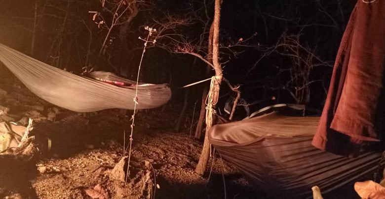 ภาพเบื้องหลังของเหล่าฮีโร่ผู้พิทักษ์ผืนป่า กำลังนอนพักเก็บพลังเพื่อสู้กับไฟป่ากันต่อในช่วงเช้า (ภาพ : เพจอำเภอจอมทอง จังหวัดเชียงใหม่)