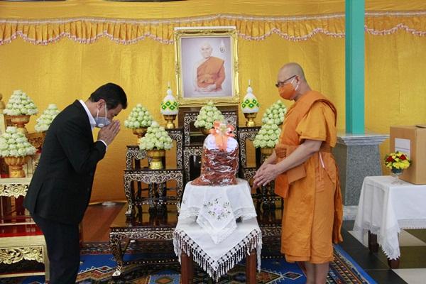 รัฐมนตรีประจำสำนักนายกฯ  ถวายหน้ากากอนามัยแด่พระภิกษุสงฆ์ใน จ.ชลบุรี