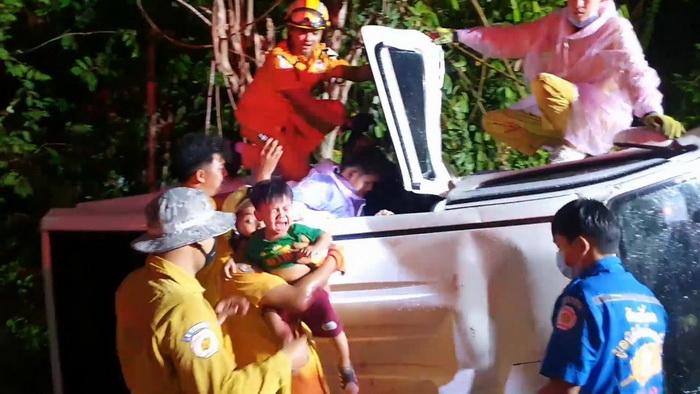 พายุถล่ม!กระบะเสียหลักแหกโค้ง 3 พ่อแม่ลูกติดในรถ อีกรายรถเสียหลักพุ่งชนคอสะพานดับ