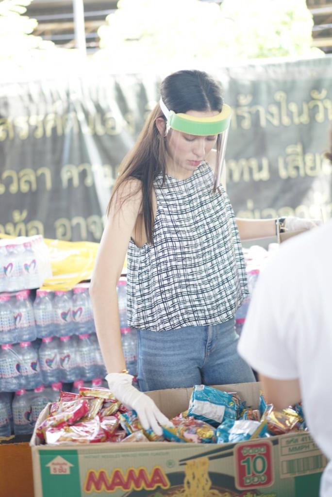 """""""โบวี่"""" พร้อมเพื่อนสาว ร่วมแพคกล่องยังชีพ ส่งต่อโครงการ """"กองทุนประทังชีพเพื่อเพื่อนร่วมแผ่นดิน"""""""