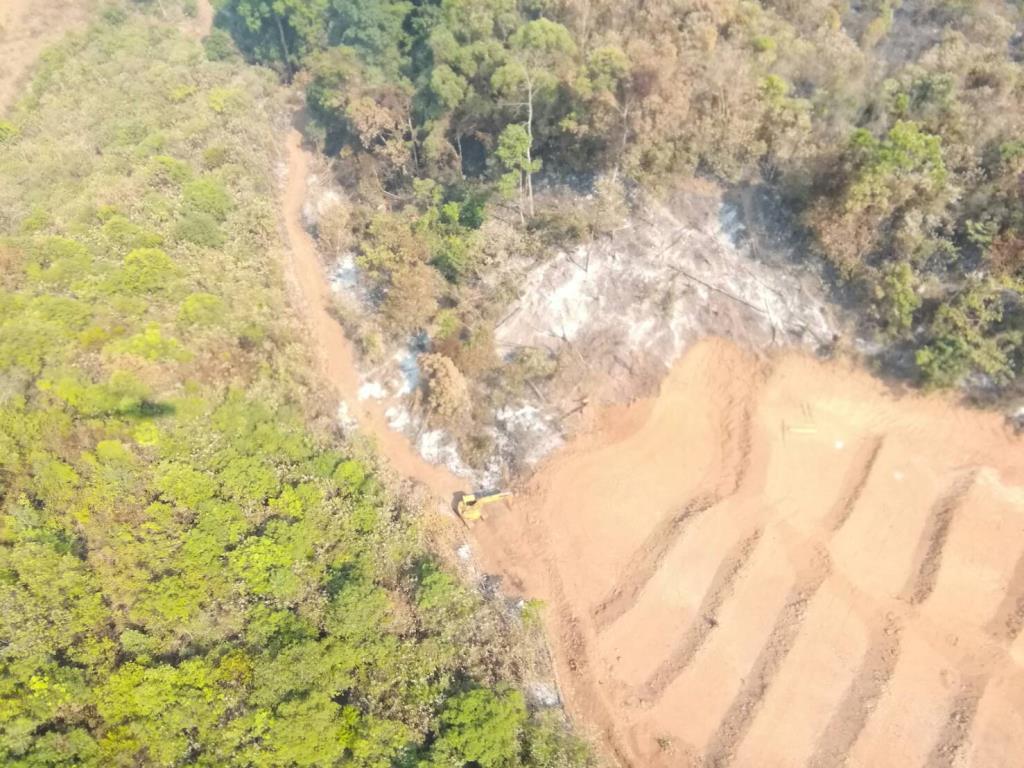 เห็นเต็มตา! บินสำรวจไฟป่าอมก๋อยเจอแบ็กโฮขุดเตรียมนาขั้นบันไดเขตป่าสูงชันต้นน้ำหลังก่อนหน้าเผา