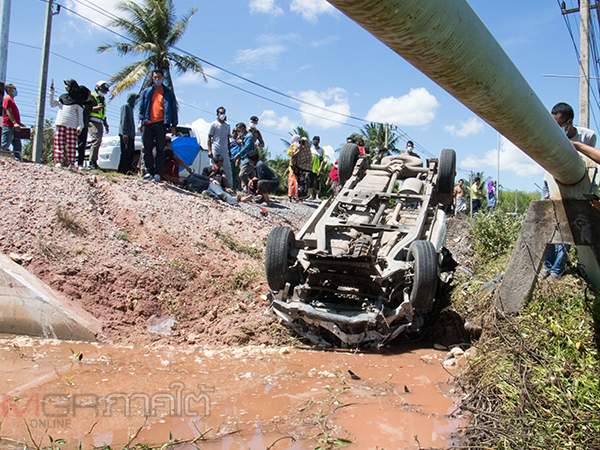 หนุ่มขับรถส่งไอติมวอลล์หลับในชนรถ จยย.จนเสียหลังพุ่งลงข้างทาง บาดเจ็บ 4 ราย