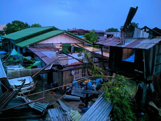 พายุร้อนพร้อมลูกเห็บถล่มยับเมืองน้ำดำ บ้านเรือนพังเสียหายจำนวนมาก 4 อำเภอ