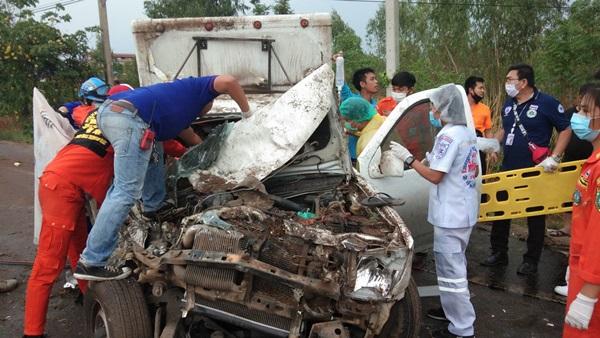 ฝนตกถนนลื่น ทำกระบะเสียหลักข้ามเกาะกลาง ชนรถขนส่งยาเวชภัณท์ ดับคาที่ 1 เจ็บ 6 ราย