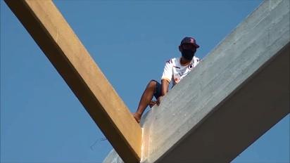 หนุ่มใหญ่กรุงเก่า ตกงานเครียดจัด ปีนสะพานปรีดีธำรงหวังกระโดดหวังฆ่าตัวตาย