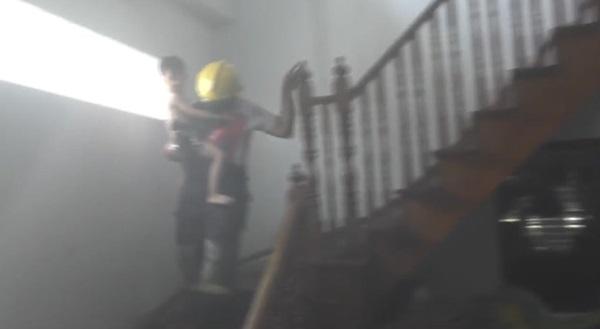 นาทีชีวิต! เจ้าหน้าที่ดับเพลิงช่วยเหลือเด็กวัย4 ขวบ ออกมาจากกองเพลิง ออกมาได้อย่างปลอดภัย