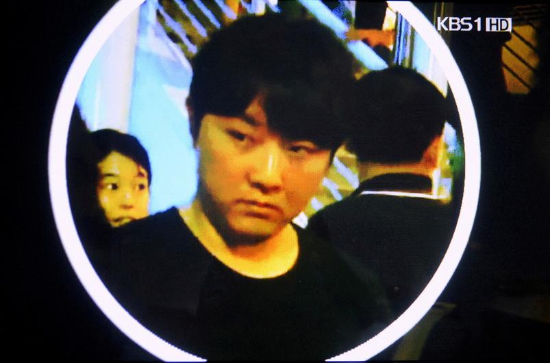 ภาพนิ่งจากคลิปวิดีโอของ Korean Broadcasting System ซึ่งเผยแพร่โดยสำนักข่าวเกียวโดของญี่ปุ่น เผยใบหน้าชายหนุ่มที่คาดว่าจะเป็น 'คิม ยองโชล' บุตรชายคนกลางของอดีตผู้นำคิม จองอิล แห่งเกาหลีเหนือ ระหว่างไปชมคอนเสิร์ต เอริก  แคลปตัน ที่สิงคโปร์ เมื่อวันที่ 4 ก.พ.ปี 2011 (แฟ้มภาพ - รอยเตอร์)