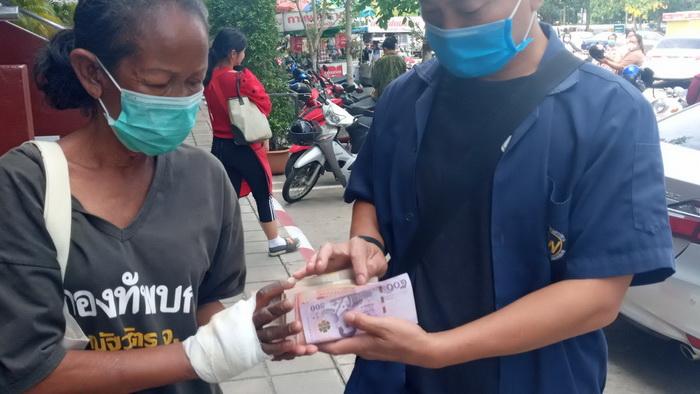 โซเชียลรู้ยัง! หนุ่มกู้ภัยอุดรฯ โผล่มอบเงิน 4 แสนให้ยายขายของเก่าสามีโดน จยย.ชนรถพ่วงข้างดับ