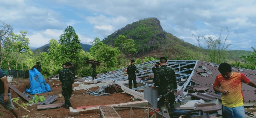 มทบ.33จัดกำลังพลช่วยเร่งซ่อมบ้านราษฎรเชียงดาวโดนพายุถล่มช่วงไฟป่าเริ่มเพลา