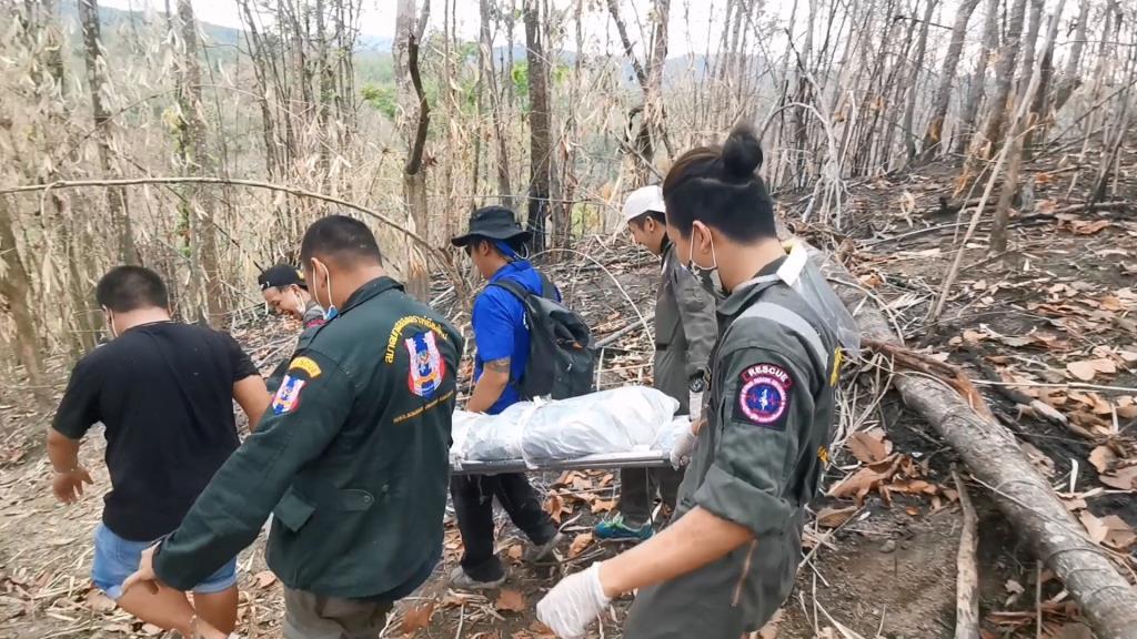 ชาวบ้านแม่ริมผงะเจอศพเน่าเฟะชายนิรนามแขวนคอกลางป่า-กู้ภัยต้องแบกข้ามดอยทุลักทุเล