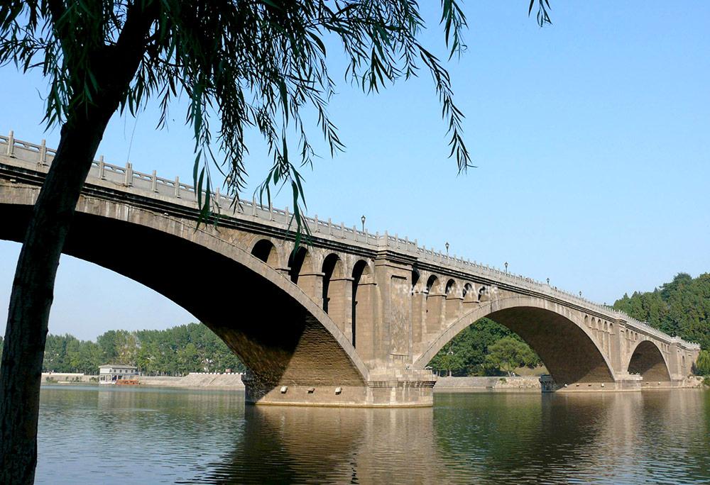 สะพานสร้างเชื่อม2 ฝั่งแม่น้ำอีเหอเข้าด้วยกัน