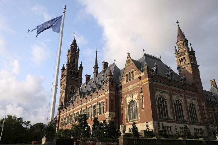 """วังสันติภาพ (Palace of Peace) ในกรุงเฮก ประเทศเนเธอร์แลนด์  ที่ตั้งอย่างเป็นทางการของศาลยุติธรรมระหว่างประเทาศ หรือที่เรียกกันสั้นๆ ว่า """"ศาลโลก"""" (ICJ) และของศาลอนุญาโตตุลาการถาวร (Permanent Court of Arbitration)"""