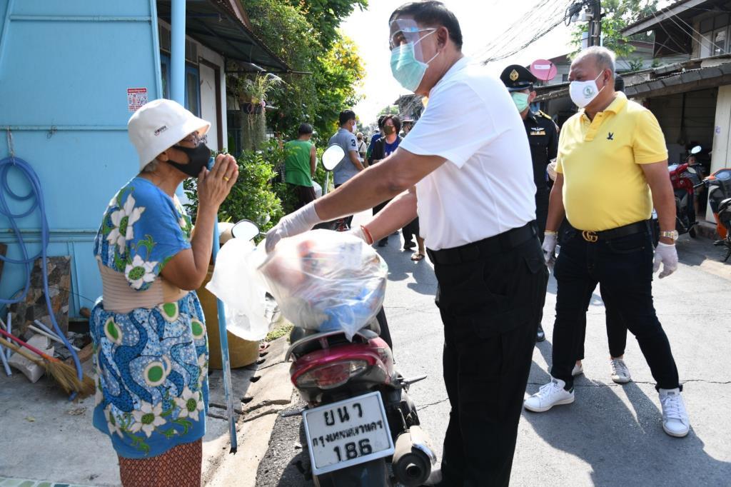 """ผู้ว่าฯ """"อัศวิน"""" ลงพื้นที่ย่านบางกะปิ เดินหน้าแจกถุงยังชีพช่วยเหลือประชาชนอย่างต่อเนื่อง"""