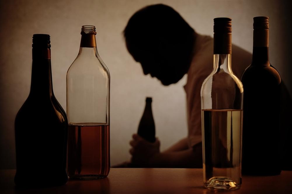 """หมอเตือน ดื่ม """"น้ำเมา"""" คลายเครียดวิกฤตโควิด ยิ่งเพิ่มเสี่ยงฆ่าตัวตาย ทำร้ายตัวเอง"""