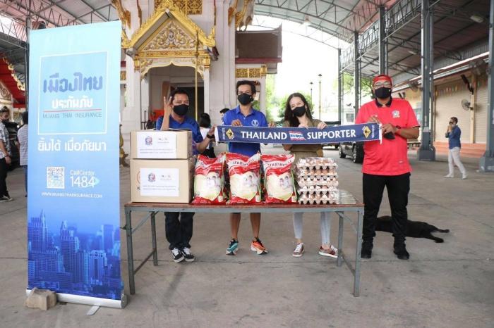 """คนไทยไม่ทิ้งกัน """"มาดามแป้ง"""" ผนึกกำลังกลุ่มเชียร์ไทย-ศิลปิน ทำข้าวกล่องแจกพี่น้องชาวกรุง"""