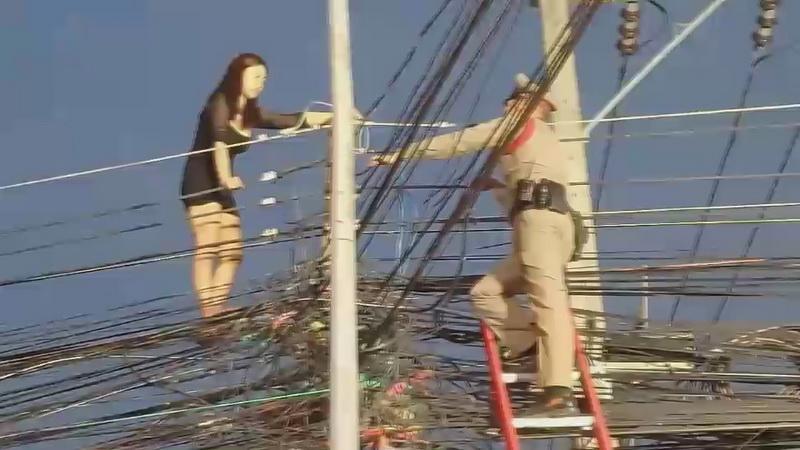 ทำเอาวุ่น!สาวอุดรวัย19ปีเมาจนประสาทหลอนปีนเสาไฟฟ้ากลางเมือง