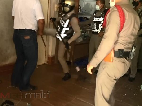บุกชาร์จรวบตัวหนุ่มสงขลาติดยาคลั่งขังตัวเองในบ้าน พ่อหวั่นทำร้ายชาวบ้านแจ้ง ตร.เข้าจับกุม