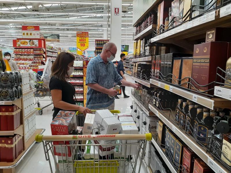 ชาวอุบลฯแห่ซื้อเครื่องดื่มแอลกอฮอล์ไปตุนกลัวจะสั่งห้ามซื้อขายอีก