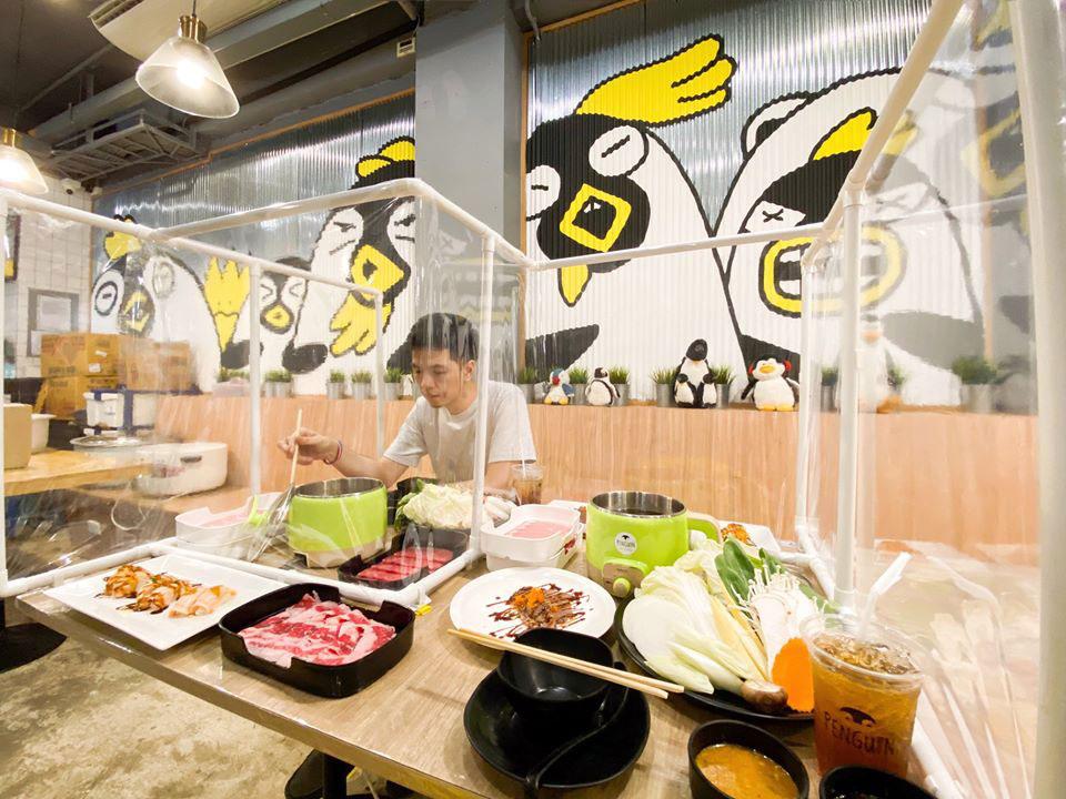 โต๊ะนั่งกินชาบูคนเดียวแบบมีฉากพลาสติกใสกั้น (ภาพจากเพจ Penguin Eat Shabu – เพนกวินกินชาบู)