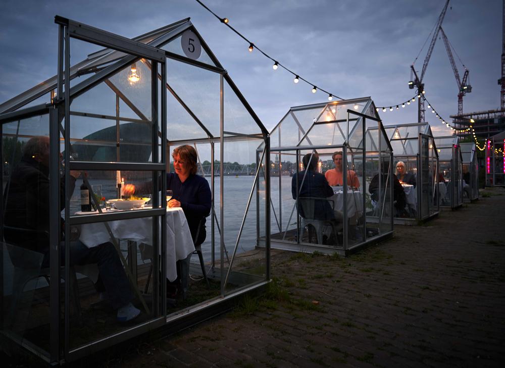 """""""กินข้าวในเรือนกระจก"""" แนวคิดใหม่สู้โควิดของร้านอาหารในอัมสเตอร์ดัม"""