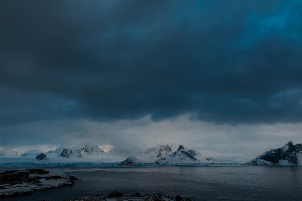 ทิวทัศน์ของแอนตาร์กติกาก่อนถึงสถานีวิจัยยูเครน (Yevgen Prokopchuk / 25th Ukrainian Antarctic Expedition / AFP)