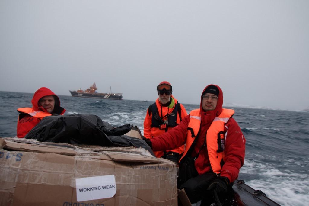 ทีมวิจัยยูเครนระหว่างมุ่งหน้าสู่แอนตาร์กติกา (Yevgen Prokopchuk / 25th Ukrainian Antarctic Expedition / AFP)