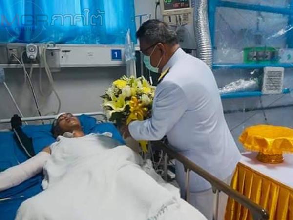 ผวจ.ปัตตานีอัญเชิญดอกไม้และตะกร้าพระราชทานมอบแก่ อส.ทพ.ที่บาดเจ็บจากเหตุไฟใต้