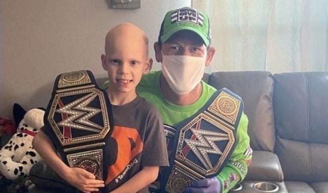 """หนูน้อยยิ้มร่า """"จอห์น ซีน่า"""" บุกเซอร์ไพรส์ให้กำลังใจสู้มะเร็ง"""