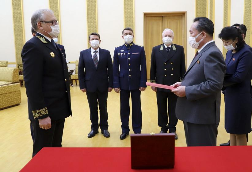 'ปูติน' มอบเหรียญที่ระลึก 75 ปีการมีชัยชนะเหนือนาซีให้แก่ 'คิม จองอึน'